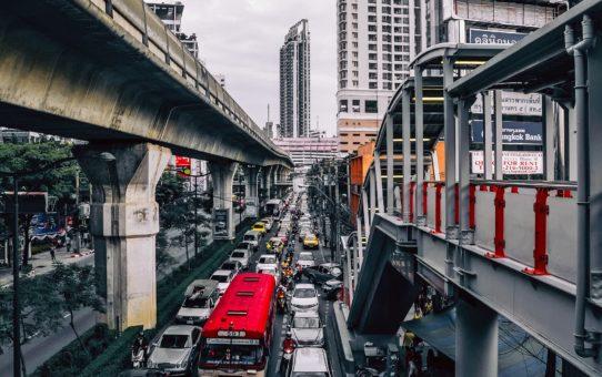 Koniec z parkowaniem na chodnikach? Projekt zmiany prawa o ruchu drogowym.